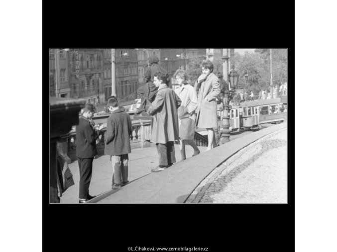 Mládež na schodišti (1842), žánry - Praha 1962 září, černobílý obraz, stará fotografie, prodej
