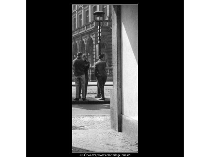 Tři mladíci na stanici (1934), žánry - Praha 1962 léto, černobílý obraz, stará fotografie, prodej