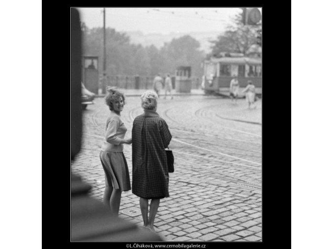 Dívky na přechodu (1837), žánry - Praha 1962 září, černobílý obraz, stará fotografie, prodej