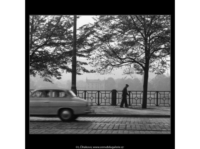 Stařík a jedoucí auto (1886), žánry - Praha 1962 září, černobílý obraz, stará fotografie, prodej