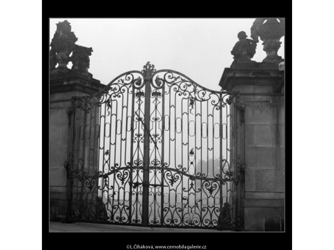 Vrata z průčelí (1972), Praha 1962 , černobílý obraz, stará fotografie, prodej