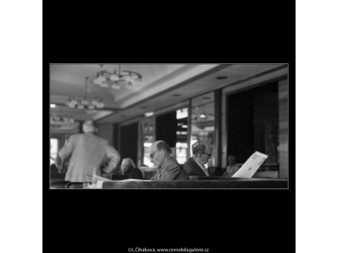 Čtenáři v kavárně Slavia (1792-2), žánry - Praha 1962 září, černobílý obraz, stará fotografie, prodej