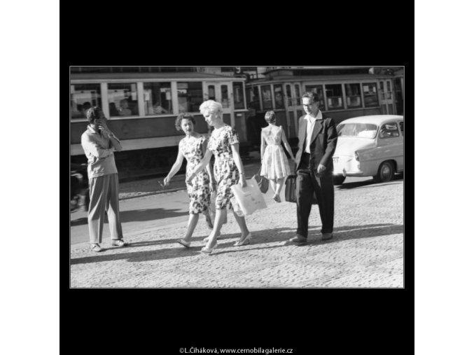 Chodci ve slunci (1830), žánry - Praha 1962 srpen, černobílý obraz, stará fotografie, prodej