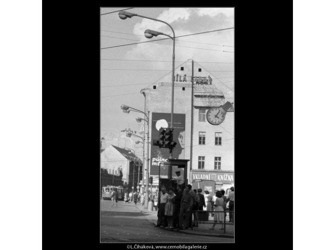 Lidé na přechodu (1833), žánry - Praha 1962 srpen, černobílý obraz, stará fotografie, prodej