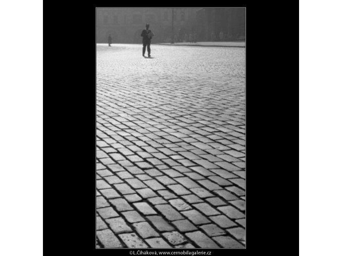Dlažba a chodec (1861-1), žánry - Praha 1962 říjen, černobílý obraz, stará fotografie, prodej
