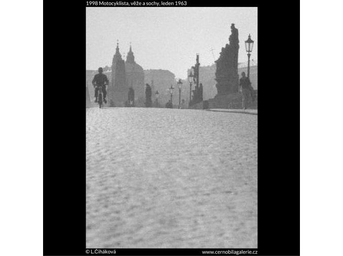 Motocyklista, věže a sochy (1998), žánry - Praha 1963 leden, černobílý obraz, stará fotografie, prodej