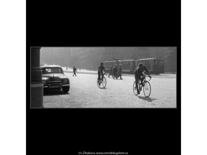 Dva kluci na kolech (1797), žánry - Praha 1962 září, černobílý obraz, stará fotografie, prodej