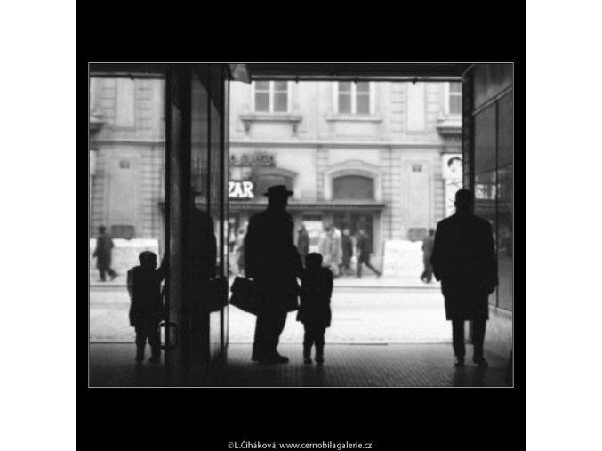 V pasáži (1951-1), žánry - Praha 1963 leden, černobílý obraz, stará fotografie, prodej