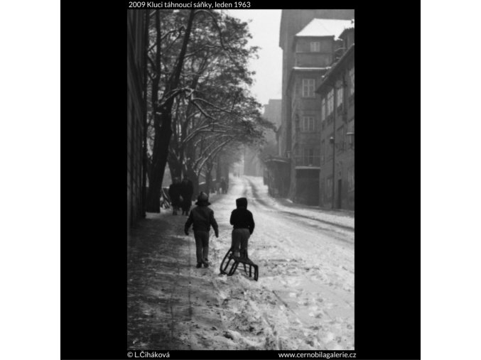 Kluci táhnoucí sáňky (2009), žánry - Praha 1963 leden, černobílý obraz, stará fotografie, prodej