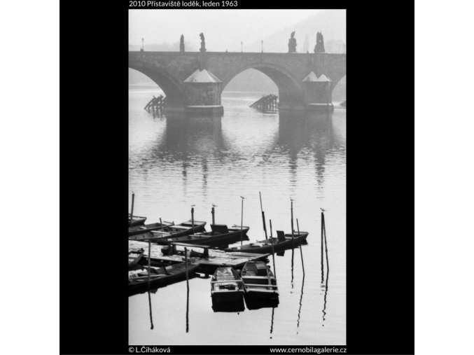 Přístaviště loděk (2010), žánry - Praha 1963 leden, černobílý obraz, stará fotografie, prodej