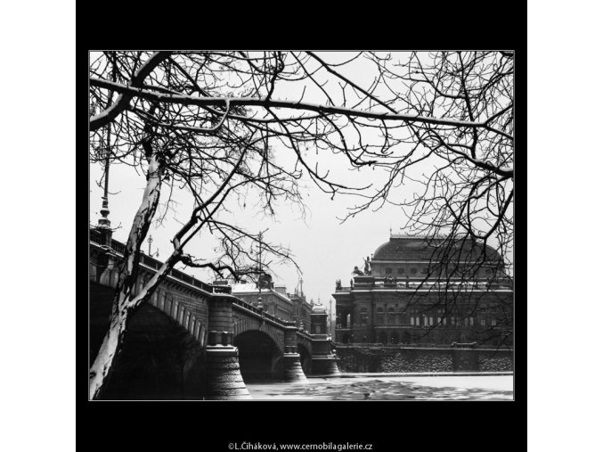 Národní divadlo a Vltava (2036-1), Praha 1963 zima, černobílý obraz, stará fotografie, prodej