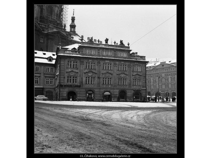 Malostranské náměstí v zimě (2038-3), Praha 1963 zima, černobílý obraz, stará fotografie, prodej