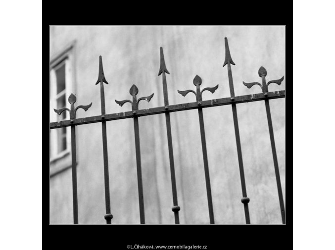 Mříž před domem (2081-4), Praha 1963 , černobílý obraz, stará fotografie, prodej
