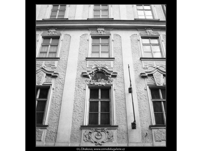 Starobylá okna (2089-2), Praha 1963 duben, černobílý obraz, stará fotografie, prodej