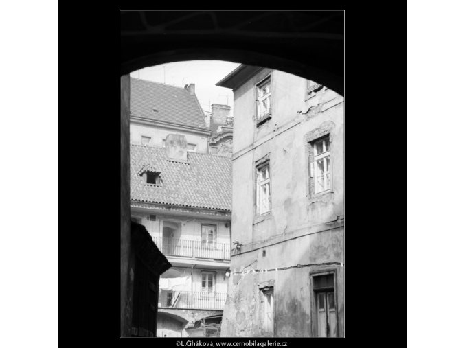 Pavlačový dům (2094-8), Praha 1963 červen, černobílý obraz, stará fotografie, prodej