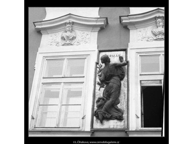 Plastika mezi okny (2095-3), Praha 1964 , černobílý obraz, stará fotografie, prodej