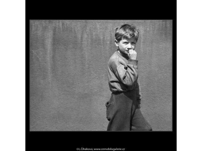 Kluk u zdi domu (2115), žánry - Praha 1963 duben, černobílý obraz, stará fotografie, prodej