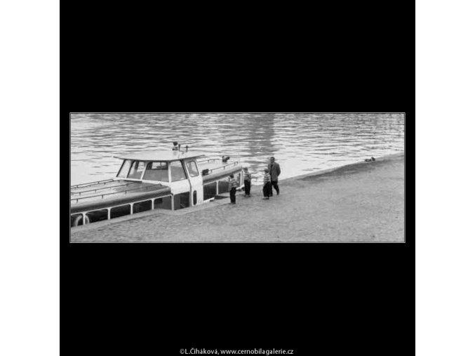 Tři kluci a parníček (2124), žánry - Praha 1963 duben, černobílý obraz, stará fotografie, prodej