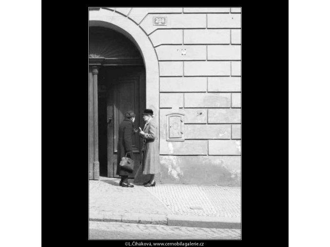 Dvě dámy v hovoru (2126), žánry - Praha 1963 duben, černobílý obraz, stará fotografie, prodej
