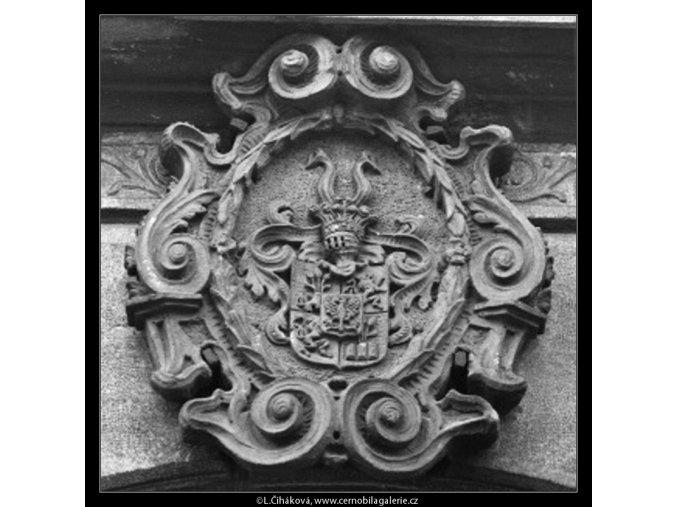 Šlechtický znak nade dveřmi (2159), Praha 1963 duben, černobílý obraz, stará fotografie, prodej