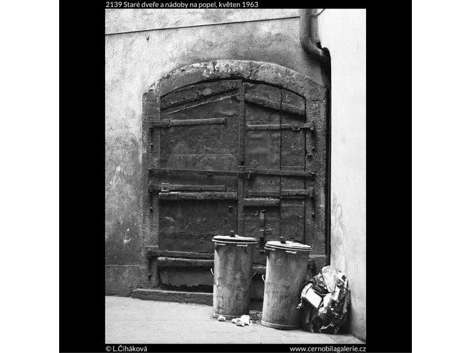 Staré dveře a nádoby na popel (2139), žánry - Praha 1963 květen, černobílý obraz, stará fotografie, prodej