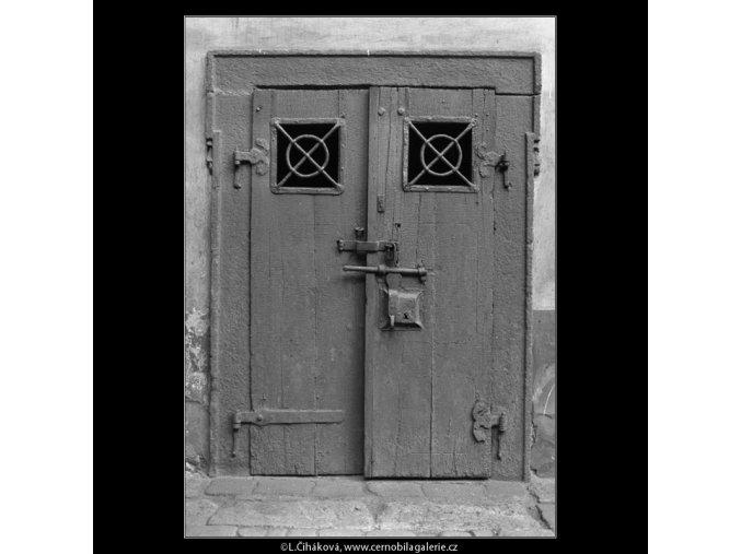Staré dveře (2162-3), Praha 1963 květen, černobílý obraz, stará fotografie, prodej