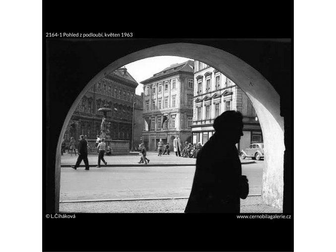 Pohled z podloubí (2164-1), žánry - Praha 1963 květen, černobílý obraz, stará fotografie, prodej