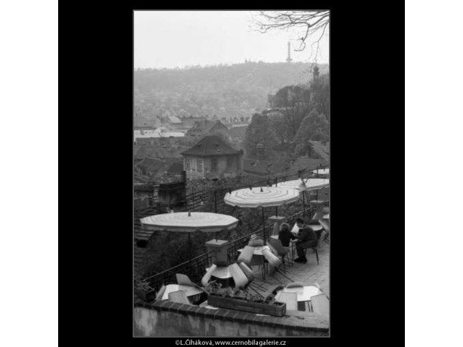 V restauraci Zlatá studna (2180-3), žánry - Praha 1963 květen, černobílý obraz, stará fotografie, prodej