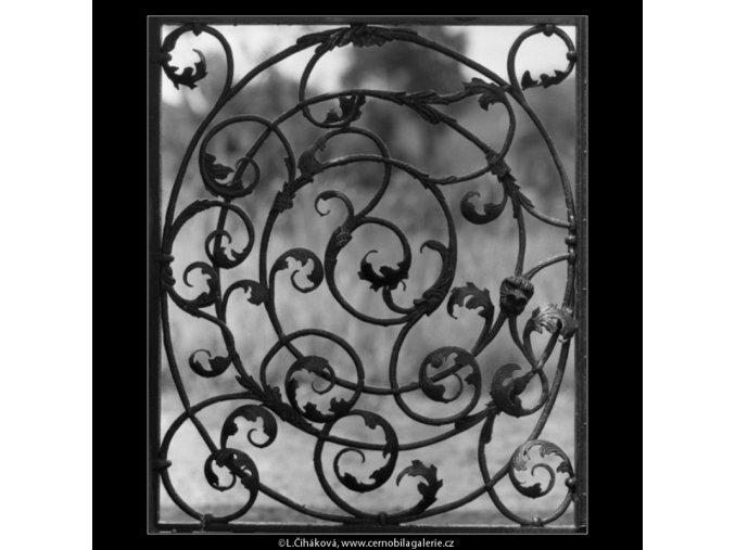 Mřížová vrata (2229-2), Praha 1963 červen, černobílý obraz, stará fotografie, prodej