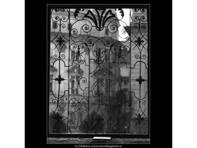 Mříž okna Staroměstské radnice (2233-1), Praha 1963 červen, černobílý obraz, stará fotografie, prodej