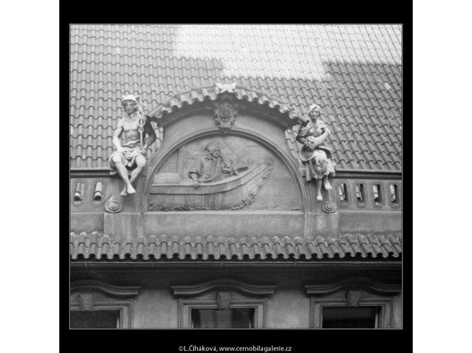Loď na domovním štítě (2234-2), Praha 1963 , černobílý obraz, stará fotografie, prodej