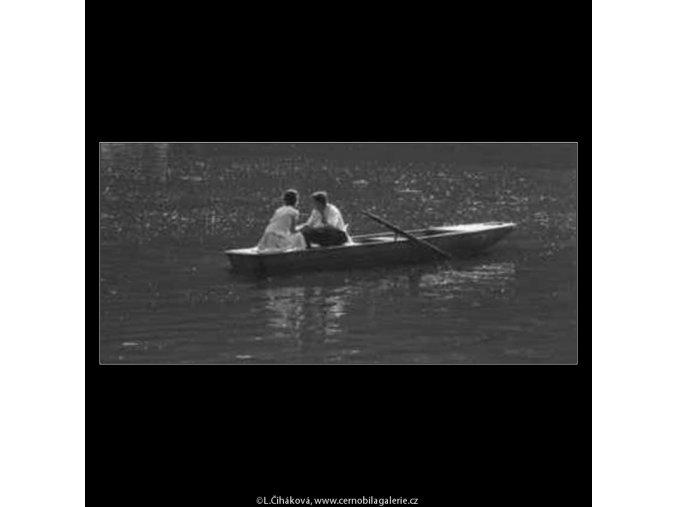 Milenci na lodičce (2236-4), žánry - Praha 1963 červen, černobílý obraz, stará fotografie, prodej