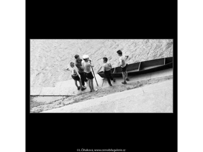 Vodáci (2255-1), žánry - Praha 1963 červen, černobílý obraz, stará fotografie, prodej