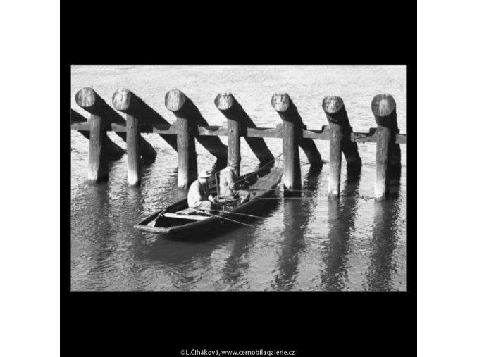 Rybáři na loďce (2267-2), žánry - Praha 1963 červen, černobílý obraz, stará fotografie, prodej