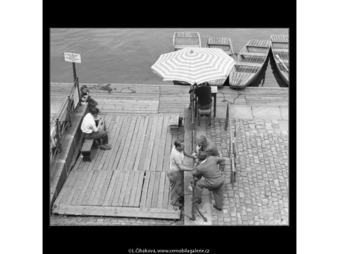 Půjčovna loďek (2278), žánry - Praha 1963 červen, černobílý obraz, stará fotografie, prodej