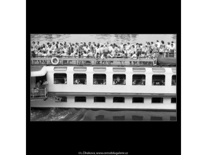 Plná loď výletníků (2291), žánry - Praha 1963 červenec, černobílý obraz, stará fotografie, prodej