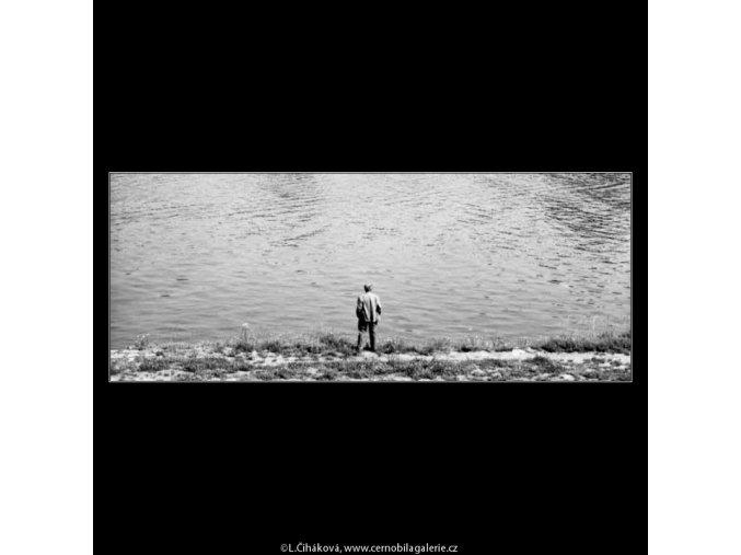 Muž na břehu (2292-3), žánry - Praha 1963 červenec, černobílý obraz, stará fotografie, prodej