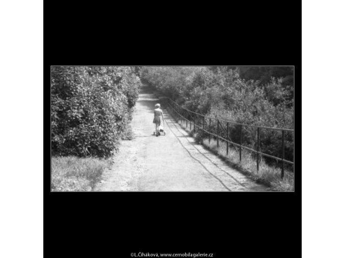 Děvčátko s kočárkem (2293-1), žánry - Praha 1963 červenec, černobílý obraz, stará fotografie, prodej