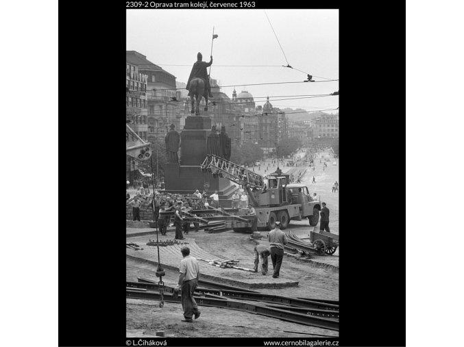 Oprava tram kolejí (2309-2), žánry - Praha 1963 červenec, černobílý obraz, stará fotografie, prodej