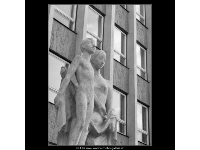 Plastiky před poliklinikou (2334-2), Praha 1963 srpen, černobílý obraz, stará fotografie, prodej