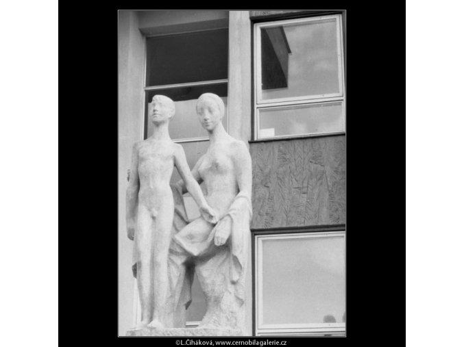 Plastiky před poliklinikou (2334-3), Praha 1963 srpen, černobílý obraz, stará fotografie, prodej