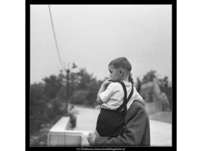 Otec se synem v náručí (2354-1), žánry - Praha 1963 červenec, černobílý obraz, stará fotografie, prodej