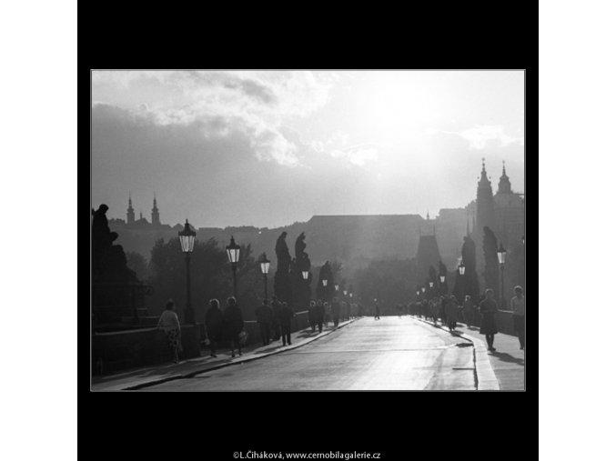 Na Karlově mostě (2360-1), Praha 1963 srpen, černobílý obraz, stará fotografie, prodej