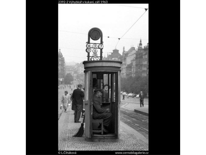 Výhybkář v kukani (2392-2), žánry - Praha 1963 září, černobílý obraz, stará fotografie, prodej