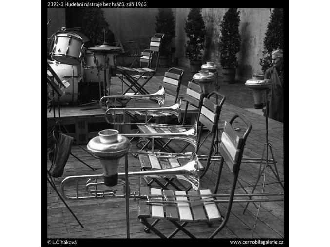 Hudební nástroje bez hráčů (2392-3), žánry - Praha 1963 září, černobílý obraz, stará fotografie, prodej