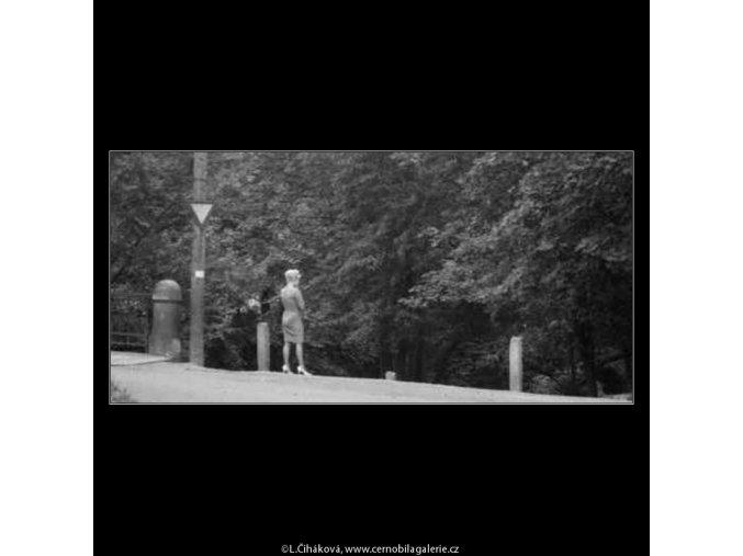 Dívka před Folimankou (2392-5), žánry - Praha 1963 září, černobílý obraz, stará fotografie, prodej