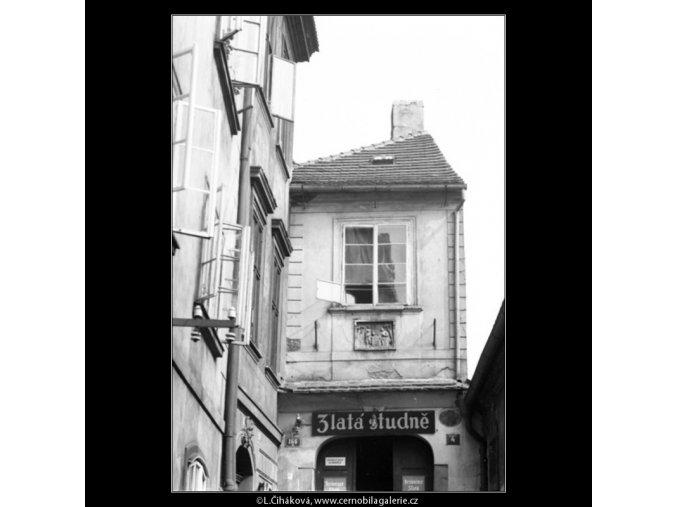 Průčelí domu U Zlaté studně (2404), Praha 1963 léto, černobílý obraz, stará fotografie, prodej