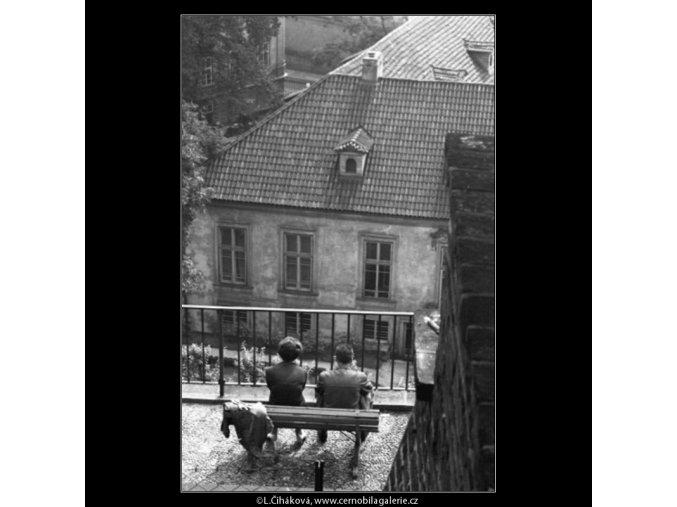 Milenci v zákoutí (2424-3), Praha 1963 září, černobílý obraz, stará fotografie, prodej