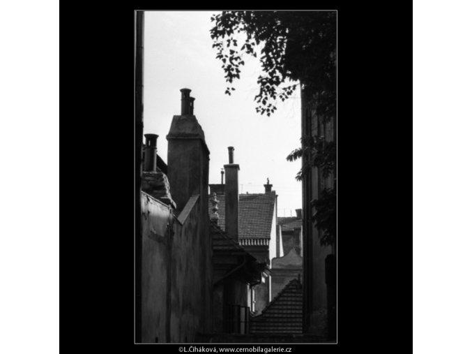 Malostranské stříšky a komíny (2428-2), Praha 1963 září, černobílý obraz, stará fotografie, prodej