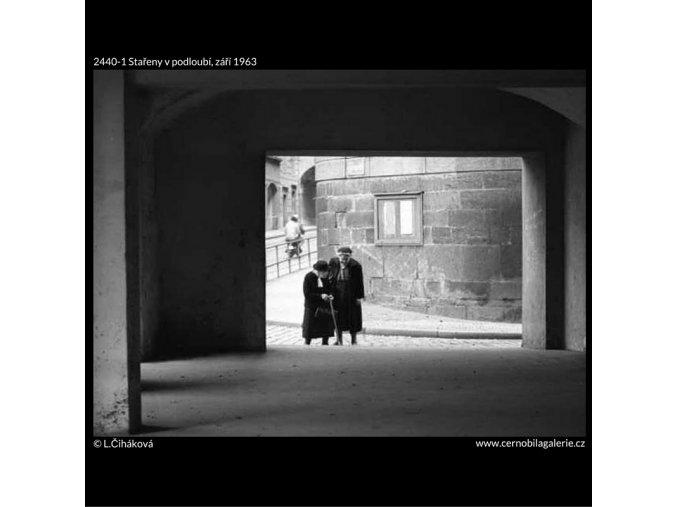 Stařeny v podloubí (2440-1), žánry - Praha 1963 září, černobílý obraz, stará fotografie, prodej